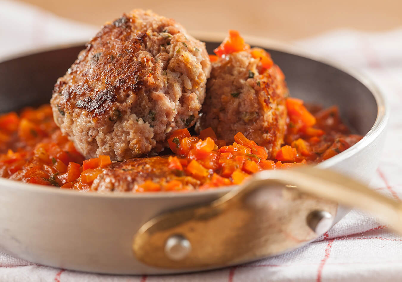 Meatballs in pepper-tomato sauce